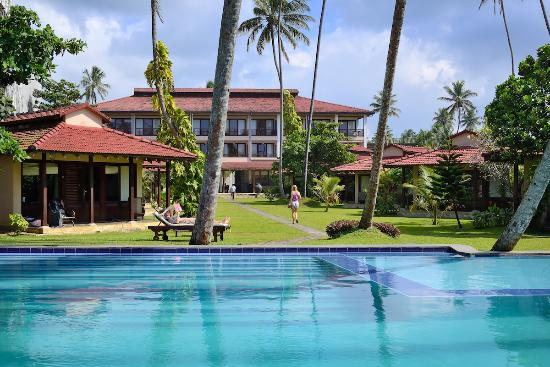 Weligama Bay Resort: Pool view to main building