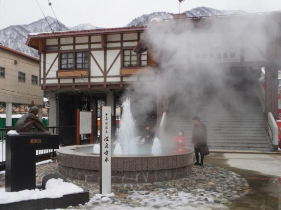 Unazuki Onsen: 駅前には温泉の噴水があり湯気がもうもうとしてます。