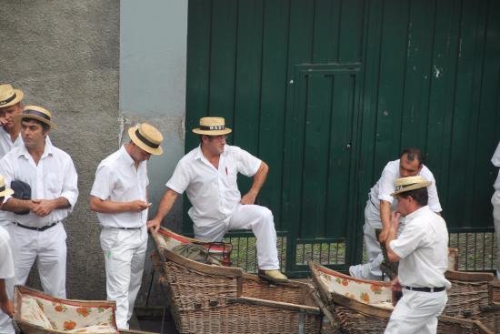 Igreja de Nossa Senhora do Monte: Preparando las cestas de mimbre para el desced