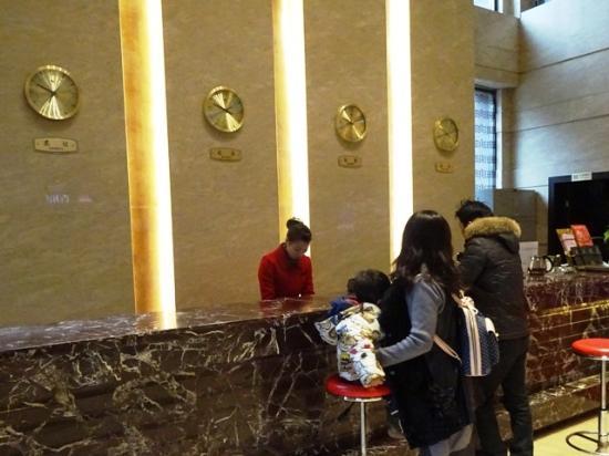 Baihai Holiday Hotel : フロントはそこそこ豪華