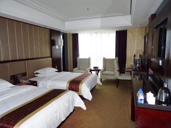 Baihai Holiday Hotel : ベッドは寝心地よし