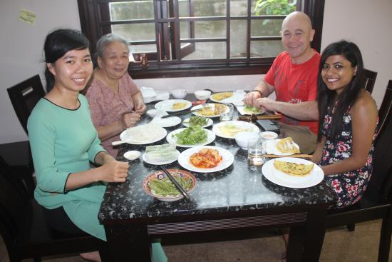 Jolie Villa Hoi An Homestay : Wonderful eating time together