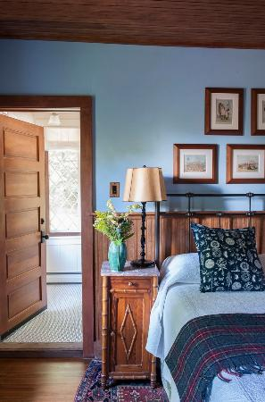Tannersville, NY: Custer: Serene blue walls, hillside view, and a Queen size bed provide a cozy getaway for all.