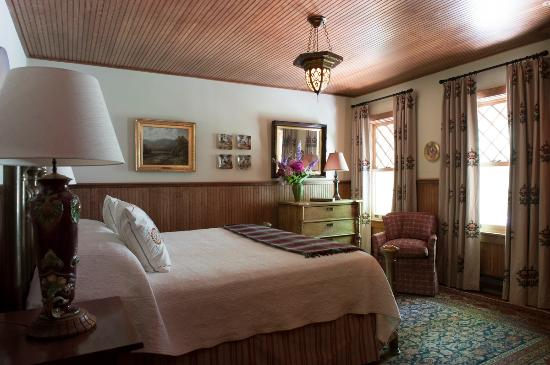 Tannersville, NY: Reid: A spacious room and King size bed overlooks our serene wooded grounds.