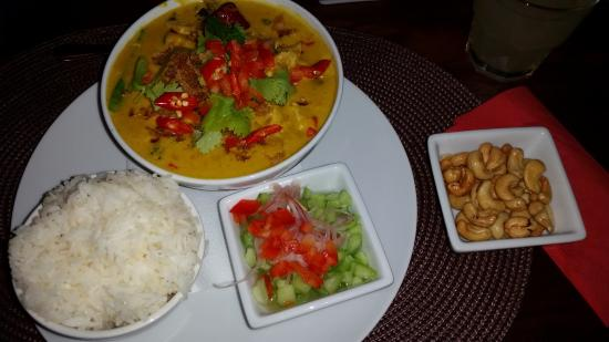 DA BU DA Asian Fusion and Bar : Yellow chicken curry with added cashew nuts and fresh chilli