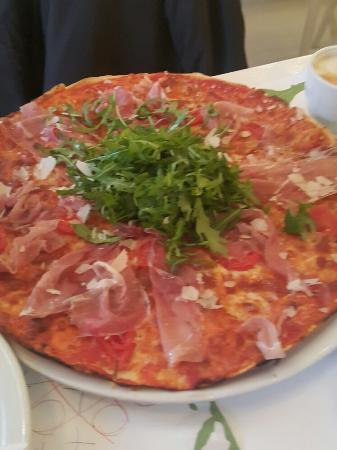 Отличная пицца и паста в самом центре Варшавы.