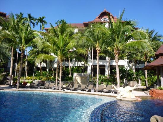 Springfield Village Golf & Spa: La piscine et le bâtiment 2 derrière les cocotiers