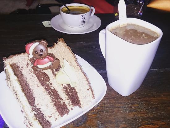 Chocolate House  Petite part de gâteau avec chocolat chaud