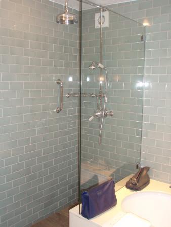 Baslow, UK: Shower in wet room beyond the bath
