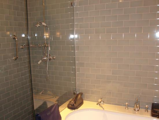 Baslow, UK: Separate, pull-out shower spray attachments in shower & bath