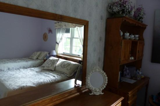 Judy's Touch of Class B&B: Very nice bright room