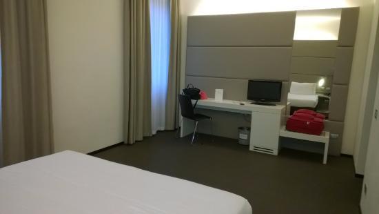 """Hotel Cenacolo: camera - parete dove nelle foto """"superior"""" c'era il divano"""