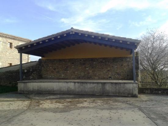 Llampaies, Испания: Plaza frente iglesia
