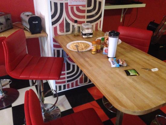 Home Backpackers Hostel Valencia by Feetup : Один из столиков для еды на кухне