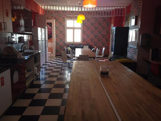 Home Backpackers Hostel Valencia by Feetup : Кухня