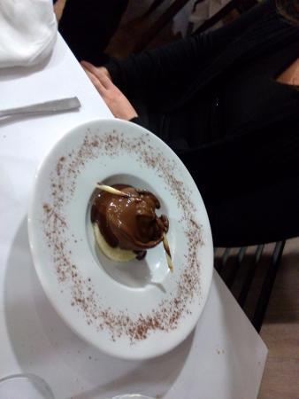 Jons, Frankrijk: Sphere au Chocolat Valhrona (desole elle a fondue apres lui avoir verser le chocolat chaud dessu