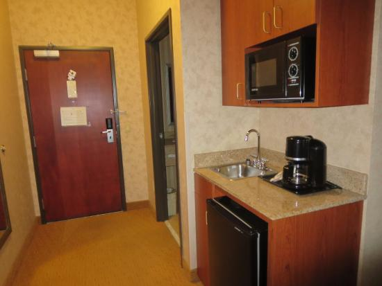 Holiday Inn Express Albany: microwave, frig and sink - even includes kitchen supplies