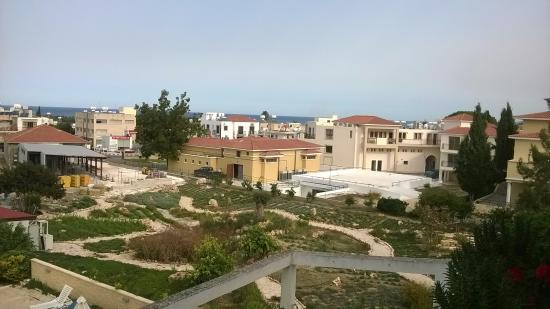 Stephanos Hotel Apartments: Adjacent gardens