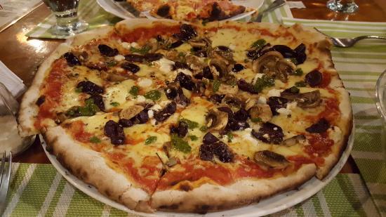 Le Bistrot Giardino Tropicale: Pizza mediterránea, con queso feta.