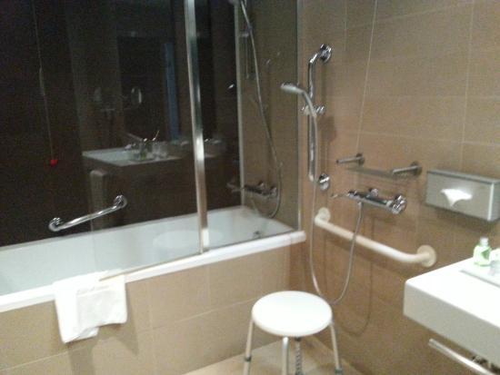 Bagno con doccia per disabili foto di nh savona darsena savona