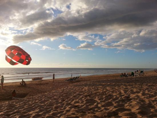 Ocean Breeze Hotel : Atardecer en playa junto hotel