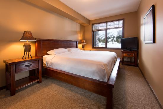 Glacier Mountaineer Lodge: Suite Bedroom