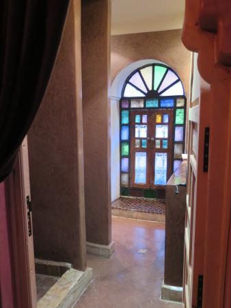 Riad Les Nuits de Marrakech : Belle salle de bain avec une superbe fenêtre d'époque