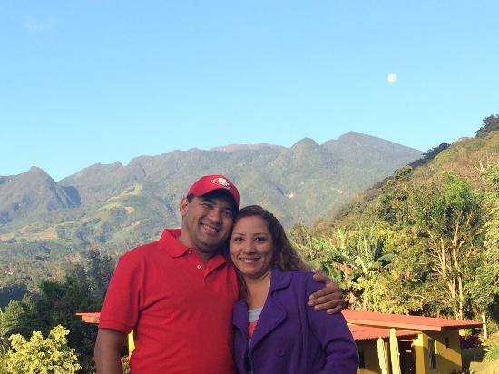 Villa Marita: En el patio del Hotel, vista del Volcán Barú.