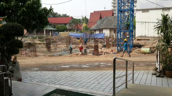Nong Prue, Thailand: Construction outside main entrance