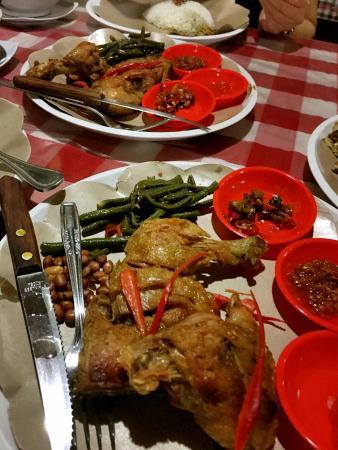 Wr BAKAS Sari Dewata Babi Guling: Fried Chicken Set