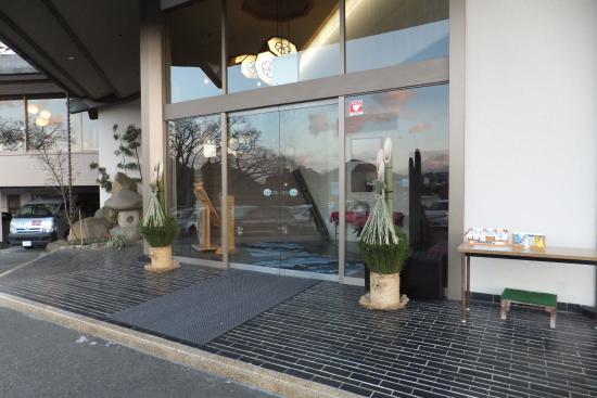 New Hakkeien : 入り口です。中の階段を上って、2階がロビーです。