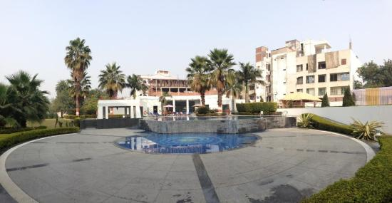 Ramada Plaza JHV: Swimming pool area with ongoing building works behind