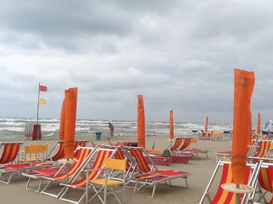 Hotel Astoria: Унылый пляж в непогоду