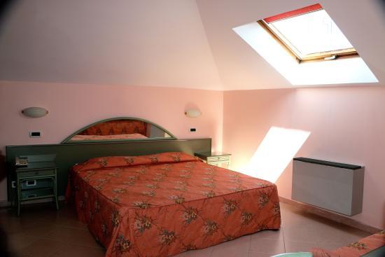Hotel delle Rose : camera classica secondo piano/classic room second floor