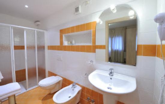 Hotel delle Rose : bagno camera giardino/bathroom