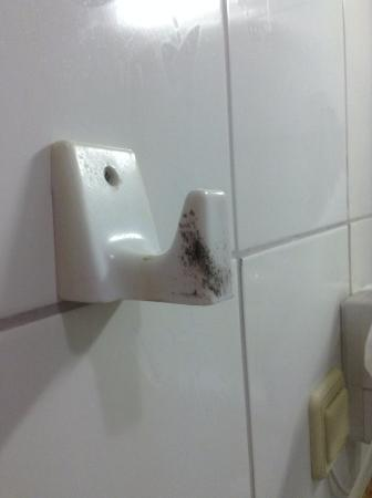Karbel Beach Hotel: Dirt and mould!!