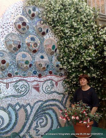 Il Mosaico B&B: Grande Fioriera ispirata a Gaudì.
