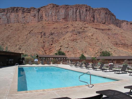 Red Cliffs Lodge: Pool with a view