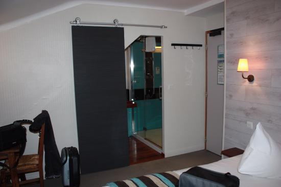 chambre vue sur porte salle d\'eau - Picture of Hotel des Rochers ...