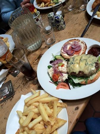 Letterfrack, Irlandia: Homemade beef burger with cashel blue cheese