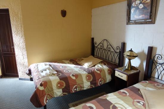 Los Girasoles Hotel : 部屋。調度品は古い