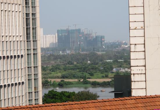 Huong Sen Hotel: Вид из окна, 5-й этаж.
