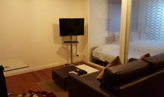 Phachara Suites: Living area.