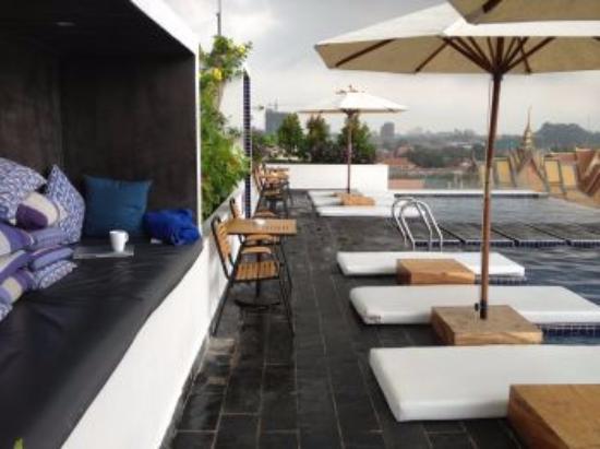 Patio Hotel & Urban Resort: 昼のプールサイド
