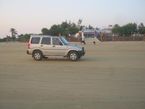 Mandarmani Beach: Car driving on the beach