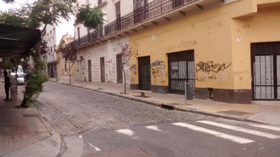 Ayres Portenos Tango Suites: Típica calle en San Telmo