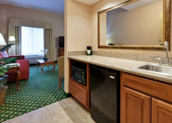 Hampton Inn & Suites Windsor - Sonoma Wine Country: Suite Wet Bar