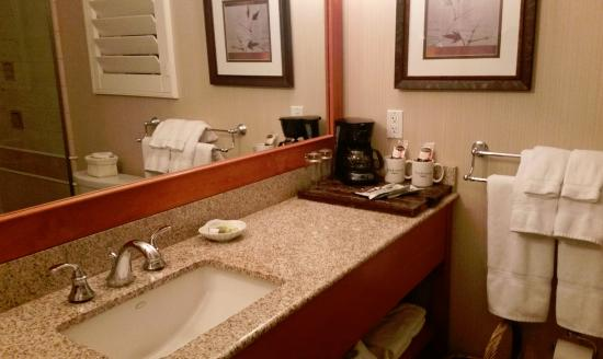 Anderson Inn: Clean and spacious bathroom