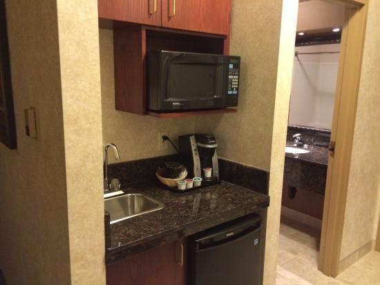 Holiday Inn Express Hotel & Suites Calgary South: The kitchenette