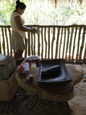 Santa Elena, Belize: shaking the nibs to remove the shells